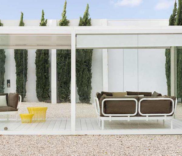 Une pergola d'extérieur minimaliste pour profiter de son jardin, même en hiver !