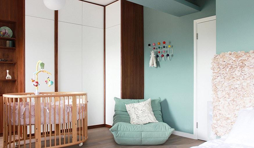 2   Une Chambre De Bébé Qui Mélange Couleur Pâle Et Bois