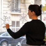 Adèle Chasson nous montre comment décorer ses vitres avec du blanc de Meudon, à la Maison du Zéro Déchet, à Paris.