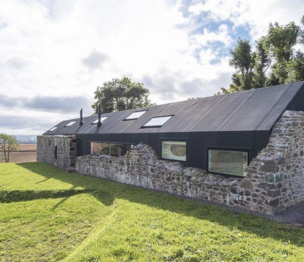 Cette ferme en ruines est devenue une maison de campagne ultra-moderne