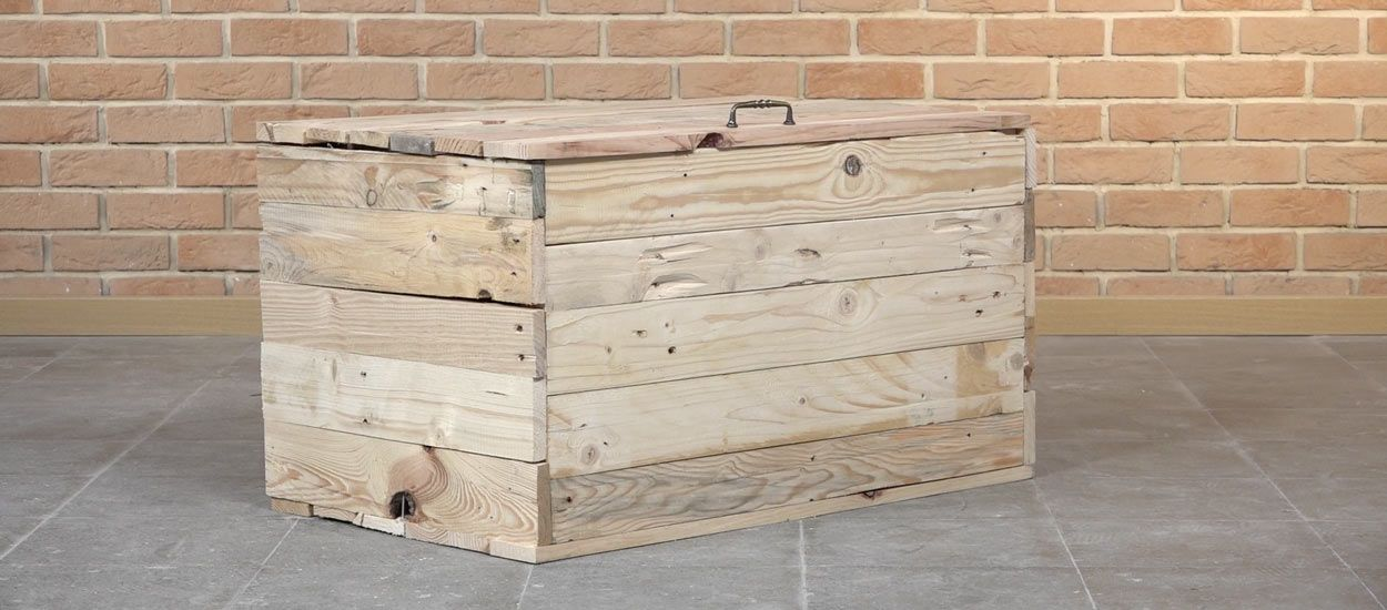tuto fabriquez un coffre de rangement en palette pour 20. Black Bedroom Furniture Sets. Home Design Ideas