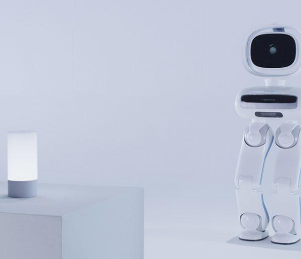 Walker, le premier robot qui marche sur ses deux jambes et vous assiste à la maison