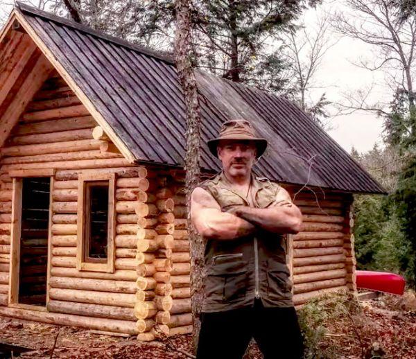 Ce Canadien construit son propre chalet en pleine nature sans aucune machine