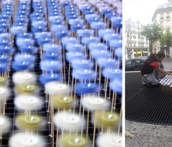 Cet artiste parsème les bouches de métro de moulins en papier pour provoquer les rencontres