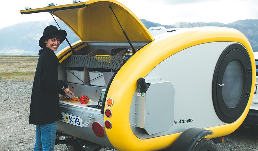 une mini caravane avec toit panoramique louer pour. Black Bedroom Furniture Sets. Home Design Ideas