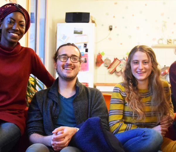 Simone, Louis, Gabrielle et Alice paient 200 euros de loyer contre quelques heures de bénévolat