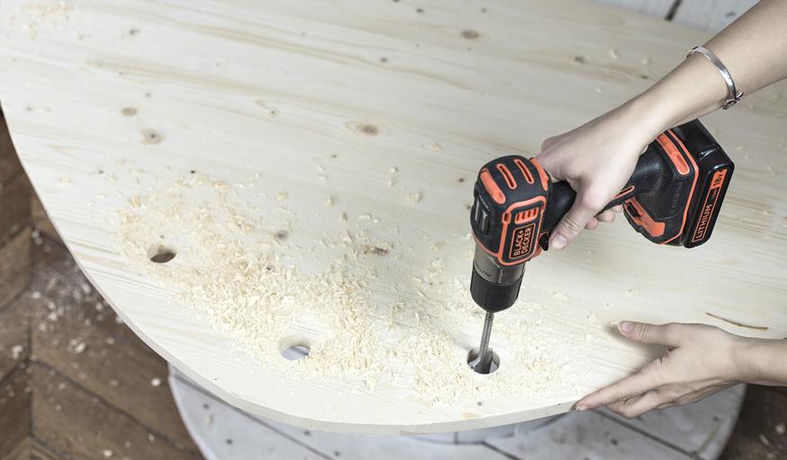 fabriquez une table de salon en bois avec des pieds en. Black Bedroom Furniture Sets. Home Design Ideas