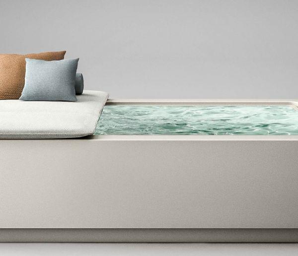 Mini-luxe : cette mini-piscine à débordement intègre un transat et un lecteur audio