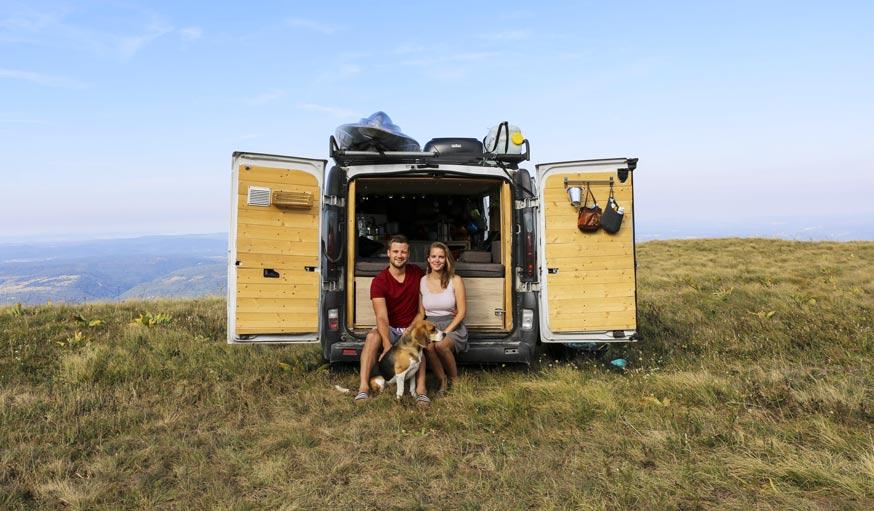 vivre dans un v hicule am nag un jeune couple part vivre sur les routes du monde. Black Bedroom Furniture Sets. Home Design Ideas