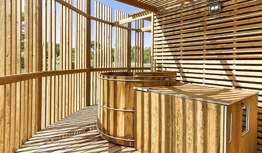 h bergement insolite des cabanes au bord de l 39 eau pour s 39 vader. Black Bedroom Furniture Sets. Home Design Ideas