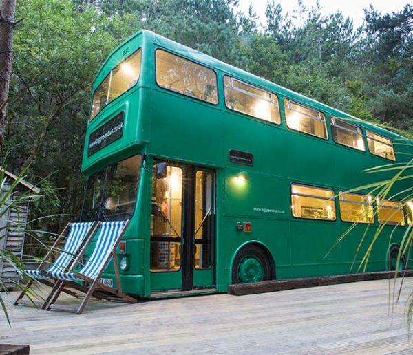 Il a transformé un bus anglais en logement atypique pour 6 personnes !