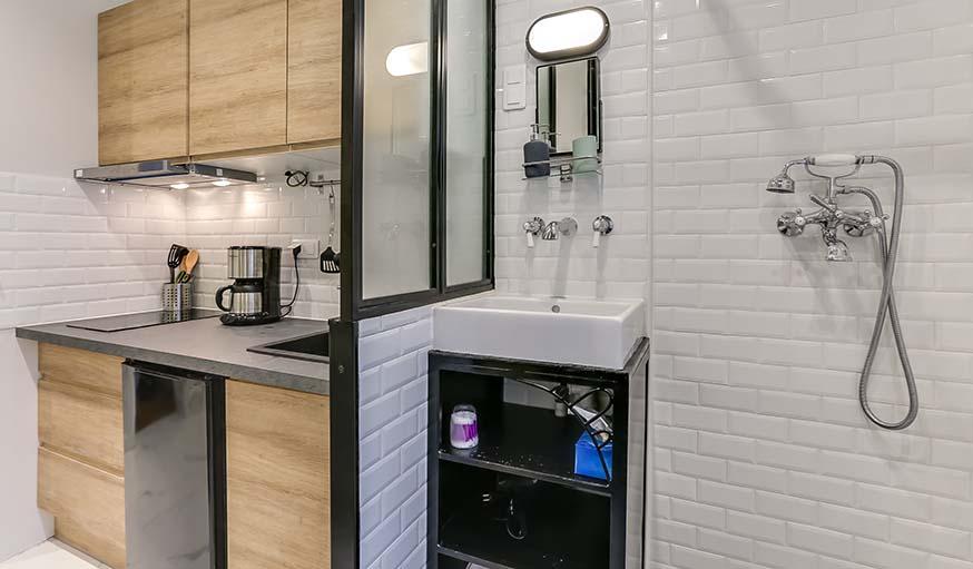 avant apr s une salle de bains dans la cuisine pour remplacer l 39 ancienne douche du placard. Black Bedroom Furniture Sets. Home Design Ideas