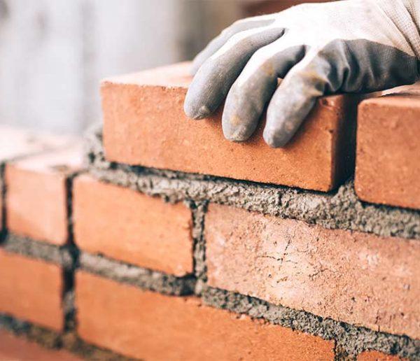 Elon Musk va commercialiser des briques en terre pour construire des maisons à faible coût