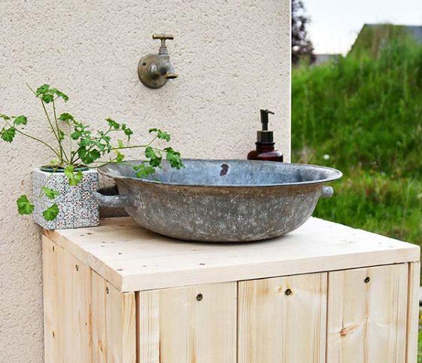 Tuto : Fabriquez un lave-mains d'extérieur tendance avec une bassine en zinc