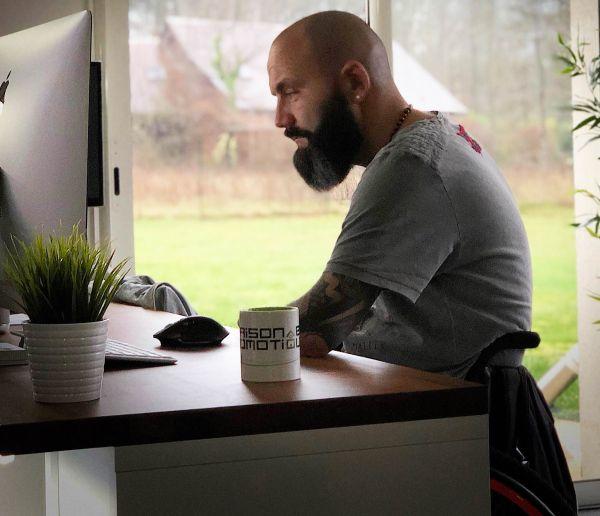 La vie de Max, tétraplégique, a totalement changé grâce aux objets connectés