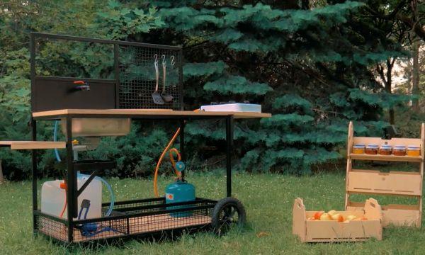 Cette cuisine extérieure a été pensée pour préparer fruits et légumes directement dans le jardin