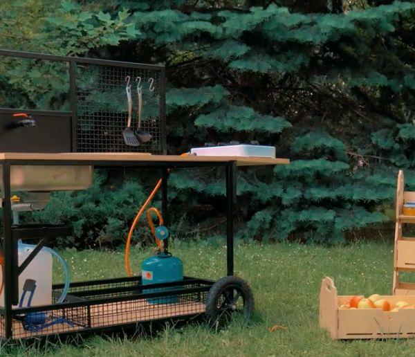 Cette cuisine d'extérieur a été pensée pour préparer fruits et légumes directement dans le jardin