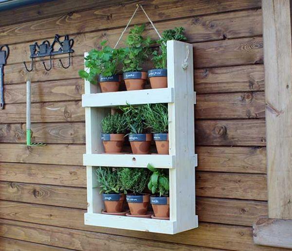 Tuto : Fabriquez une étagère pour planter vos aromatiques dans le jardin