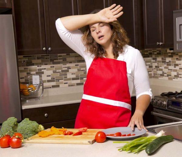 Partage des tâches en vacances : les femmes toujours dans la cuisine et au supermarché