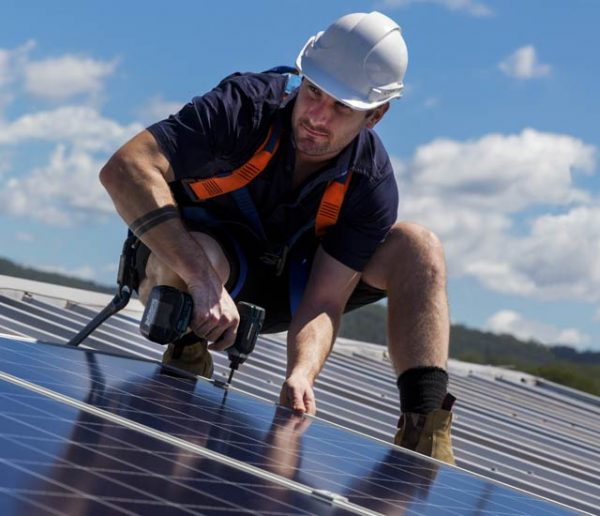 Démarchage : Comment éviter les arnaques aux panneaux solaires ?