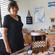 Françoise, 70 ans, découpe ses créations au laser et encourage tout le monde à se rendre en FabLab