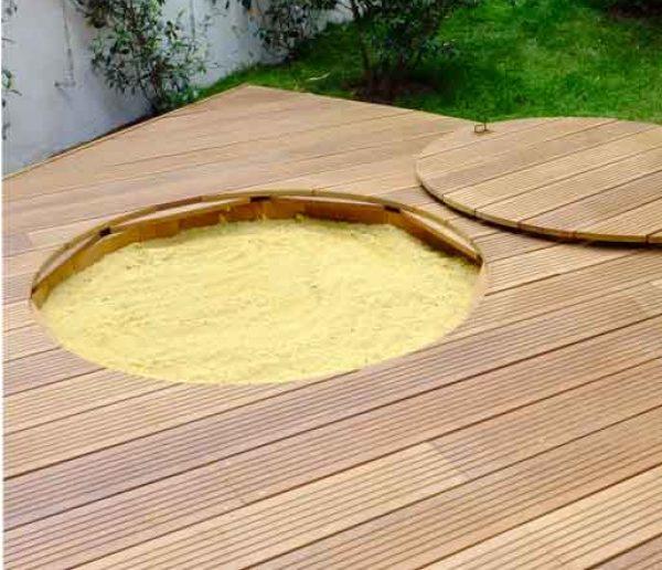 La bonne idée à piquer : le bac à sable avec couvercle intégré à la terrasse