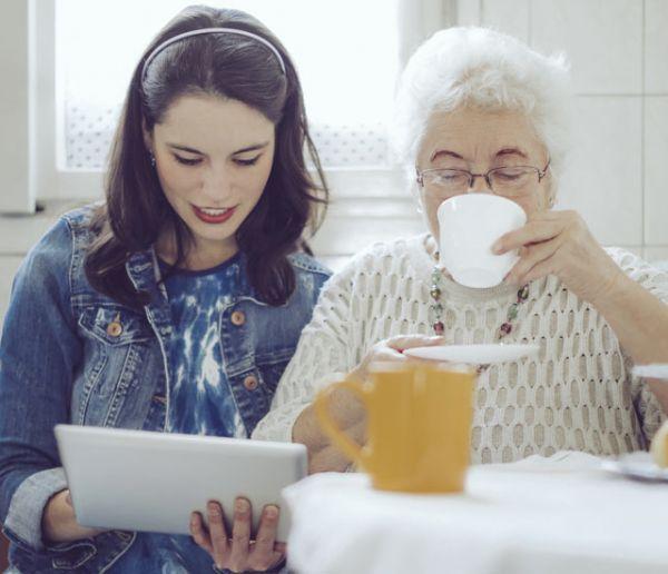 Quel objet connecté choisir pour vous assurer que votre grand-mère va bien ?