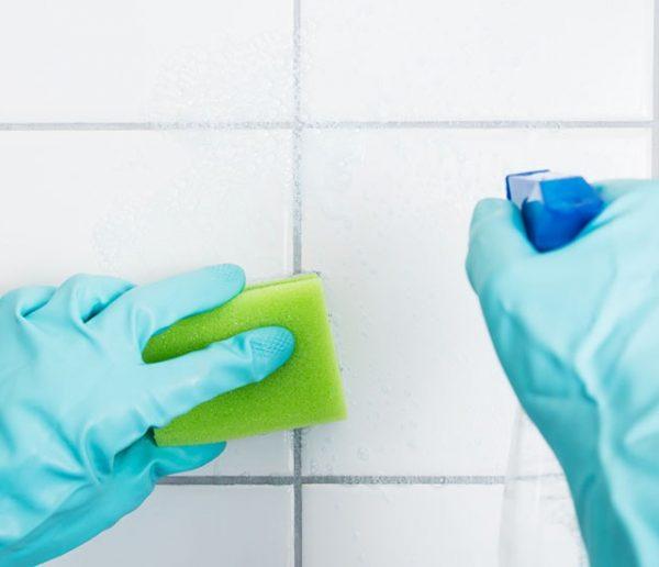 10 astuces pour nettoyer les joints de votre douche sans frotter pendant des heures