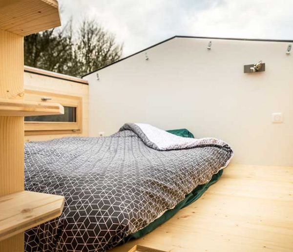 elsa une tiny house avec une terrasse construite sur une remorque. Black Bedroom Furniture Sets. Home Design Ideas