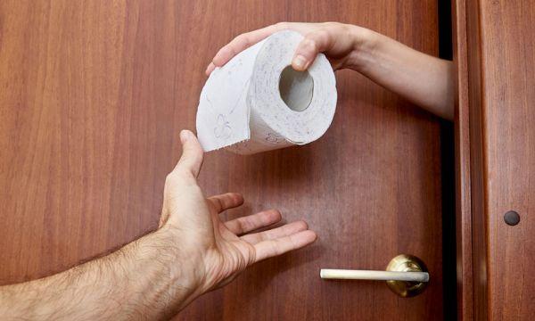 Faire caca la porte ouverte : stade ultime de l'intimité dans un couple ?