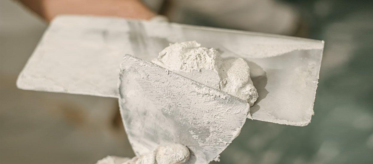 Tuto : Comment appliquer un enduit de rebouchage et préparer un mur avant de le peindre ?