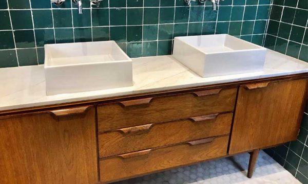 L'idée tendance : transformer une enfilade en meuble de salle de bains vintage