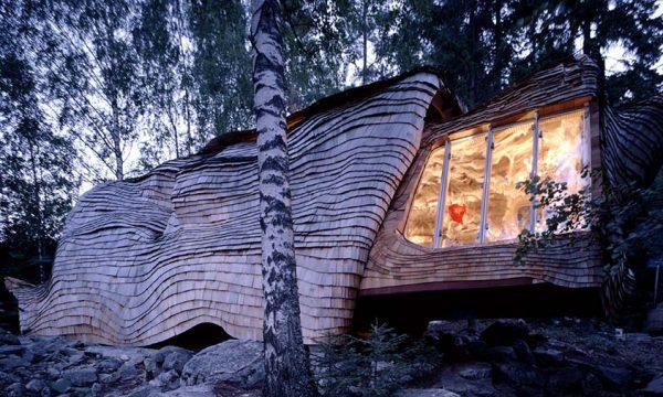 Cette maison suédoise se déploie comme un papillon au rythme des saisons