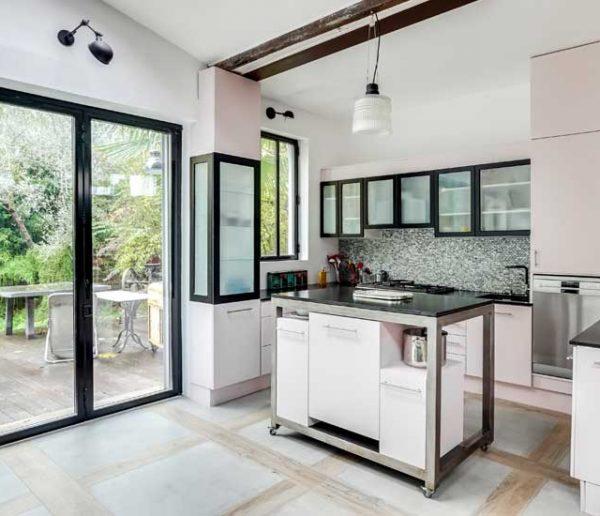 Avant / Après : Dans ce loft, la cuisine fonctionnelle s'ouvre sur le jardin