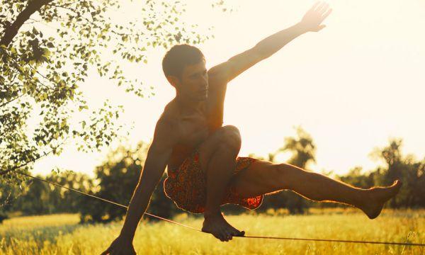 Pratiquez un sport extrême (ou presque !) dans votre jardin : la slackline