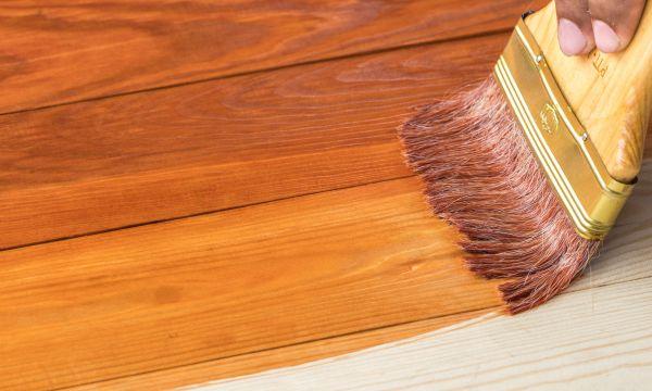 5 astuces écolo pour teindre votre bois et raviver sa couleur