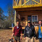 Les constructeurs sauvages posent devant une cabane qu'ils ont construite