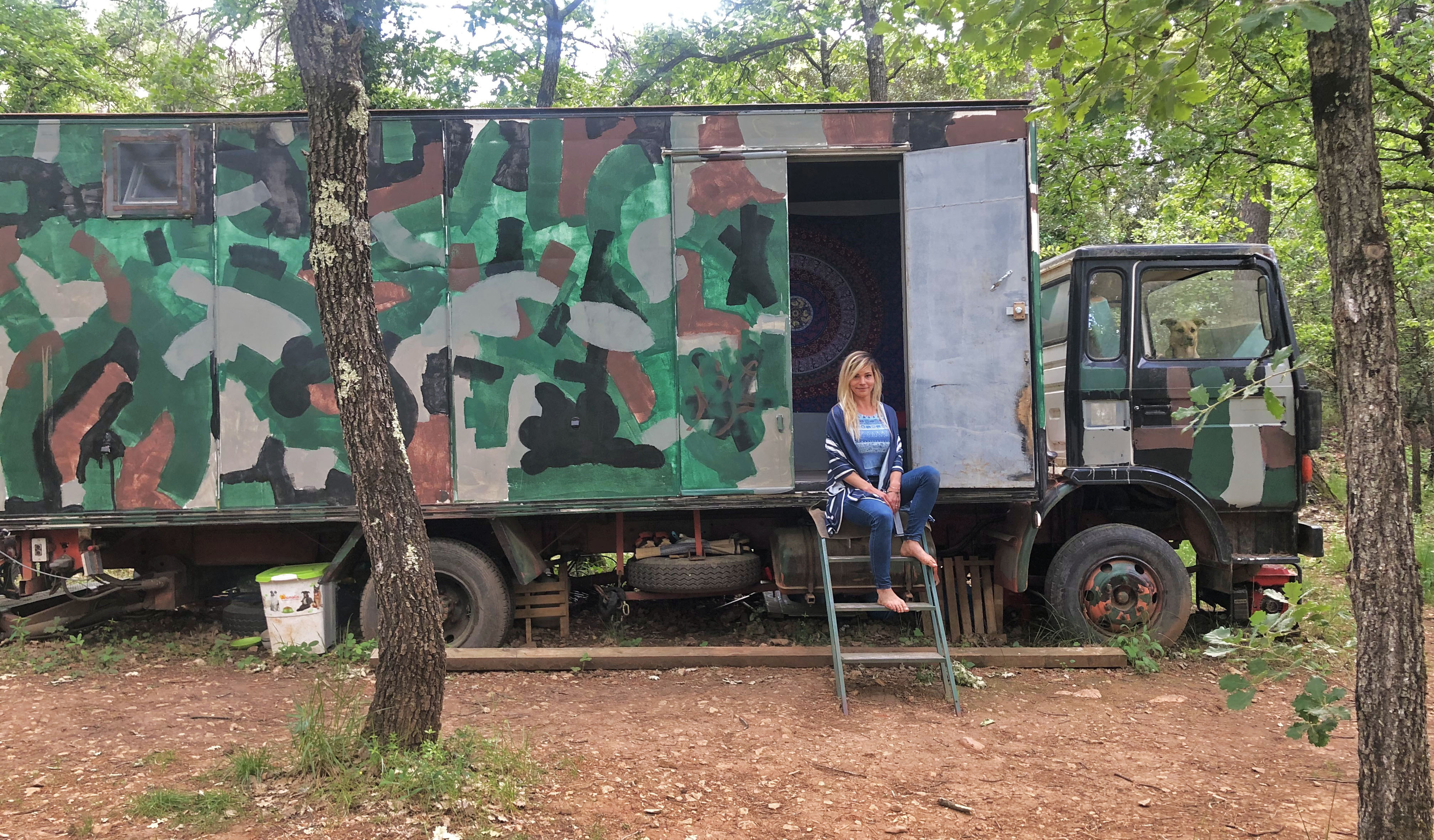 Alicia vivre en forêt autosuffisance vanlife autonomie permaculture