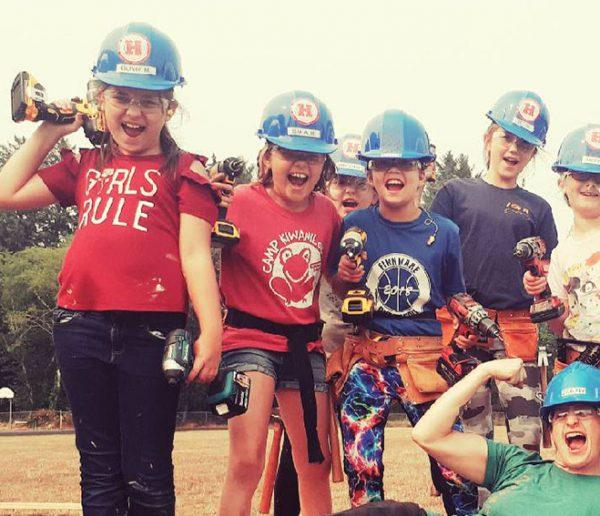 Elle a créé une colonie de vacances pour apprendre aux filles de 8 ans à construire une maison