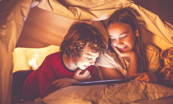 Mes enfants veulent dormir dans la même chambre : dois-je les laisser faire ?