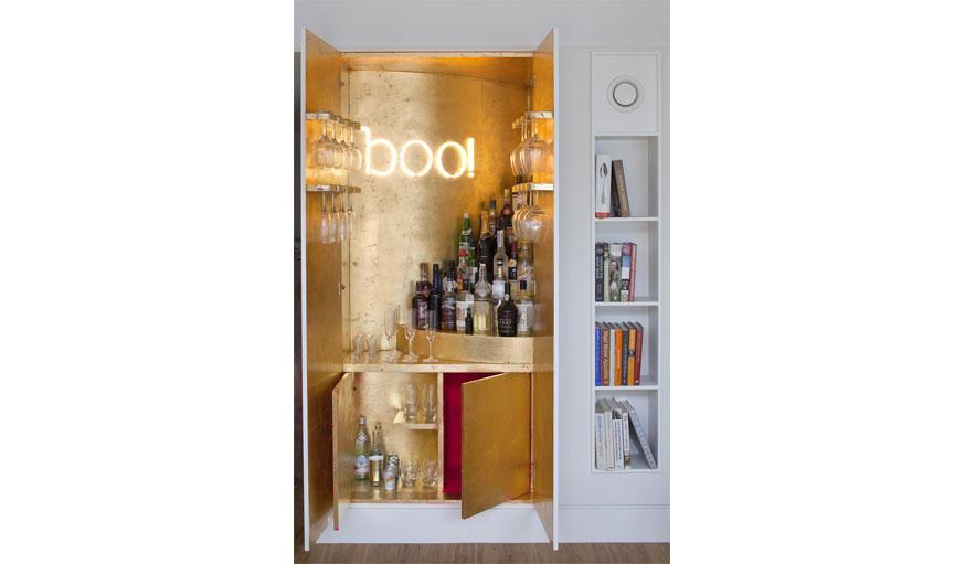Un bar glamour derrière une porte de placard. MATT Architecture / Will Pryce