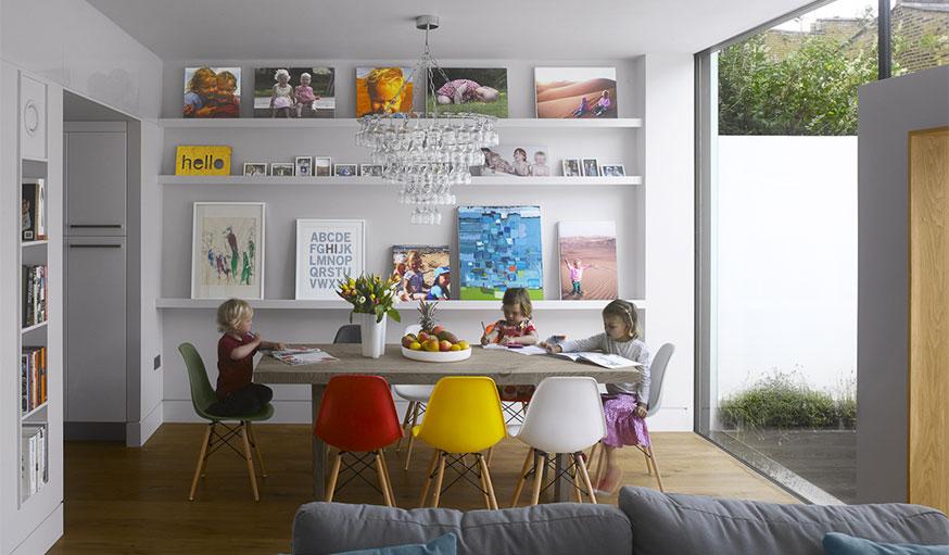 Des étagères comme dans une galerie d'art. © MATT Architecture / Will Pryce