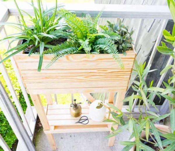Tuto : Fabriquez une jardinière avec tablette pour ranger le matériel d'entretien de vos plantes