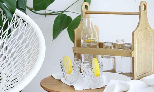 Tuto : fabriquer un porte-bouteilles en bois grâce à deux planches à découper