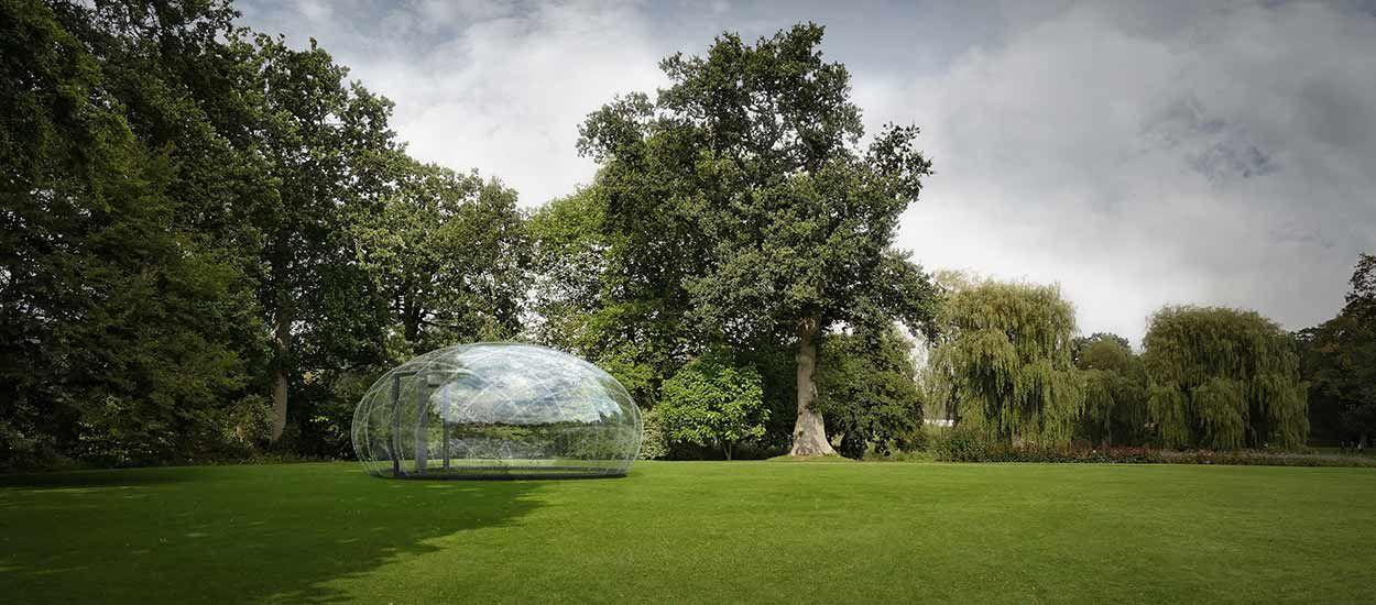 Cet abri multifonction en forme de goutte d'eau se fond dans le décor de votre jardin