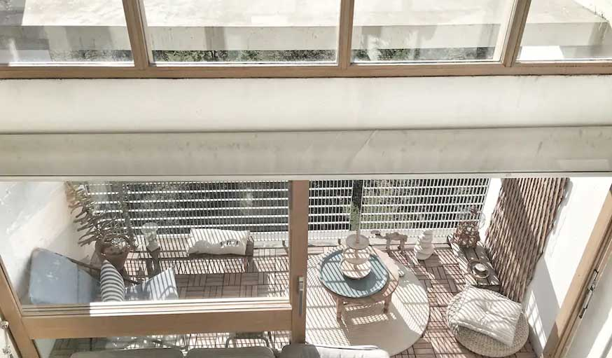 En haut, vue sur le balcon