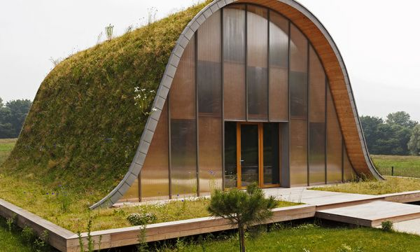 Le toit végétalisé de cette drôle de maison protège de la chaleur