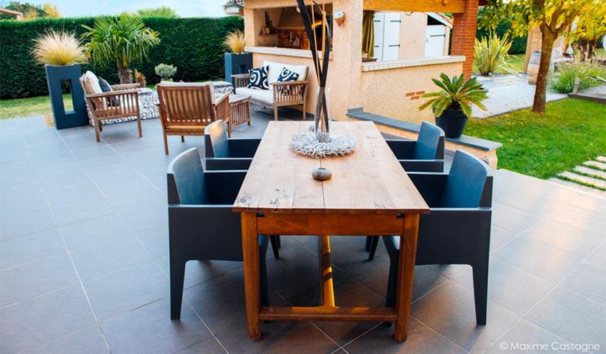 Zoom sur la table de jardin sur la nouvelle terrasse