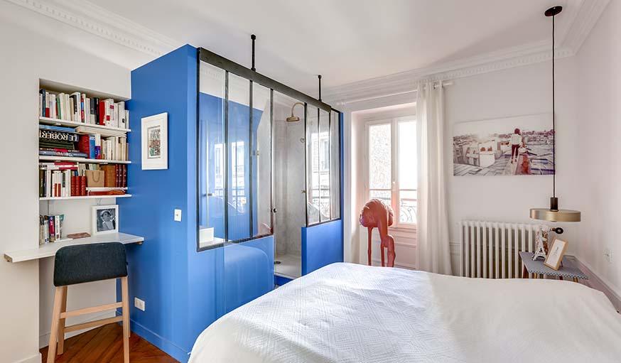 Chambre parentale avec salle de bains bleue