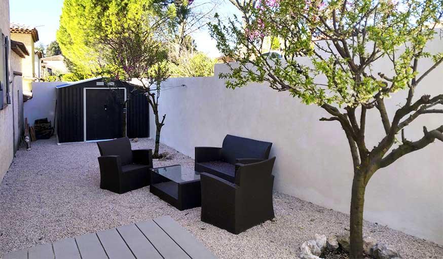 Terrasse après travaux gravier et salon de jardin agence MRC